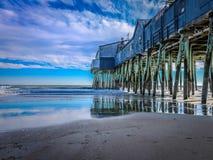 在黑色的码头在老果树园海滩 图库摄影