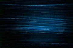 在黑色的背景蓝色条纹 明亮的黑暗的背景 免版税图库摄影