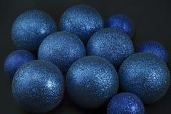 在黑色的蓝色圣诞节球 库存图片