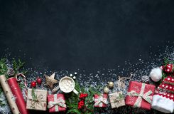 在黑色背景圣诞节装饰,箱子,树,盖帽,圣诞老人,星分支的圣诞节构成  库存照片