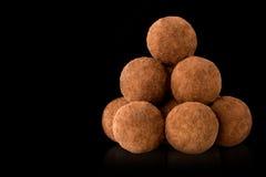 在黑色背景的块菌状巧克力 免版税图库摄影