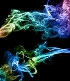 在黑色背景的抽象五颜六色的烟 库存图片
