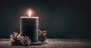 在黑色背景的灼烧的蜡烛 库存图片