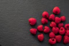 在黑色页岩的水多的莓 库存图片
