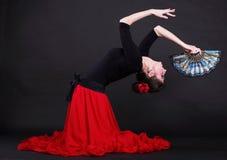 在黑色backg的有吸引力的西班牙少妇跳舞佛拉明柯舞曲 库存图片