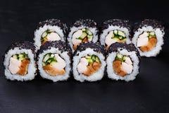 在黑芝麻的开胃可口新寿司卷服务  免版税库存图片