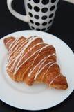 在黑表上的咖啡和新月形面包白色巧克力早餐早晨Isoalted 免版税库存图片