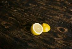 在黑褐色背景的柠檬 免版税库存照片