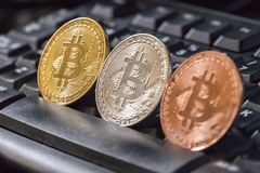 在黑键盘的Cryptocurrency硬币;Bitcoin硬币 免版税库存图片