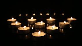 在黑镜子背景灼烧的蜡烛的灼烧的蜡烛将同时消失 股票录像