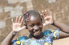 在黑非洲种族女孩肥皂的水手上的巨大的微笑 库存图片