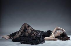 在黑鞋带礼服的魅力模型 库存照片