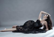 在黑鞋带礼服的魅力模型 免版税图库摄影