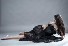 在黑鞋带礼服的魅力模型 免版税库存图片