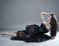 在黑鞋带礼服的魅力模型 库存图片