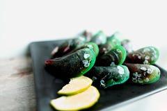 在黑platge,在豪华餐馆的鲜美开胃菜的健康绿色异乎寻常的软体动物食物 图库摄影