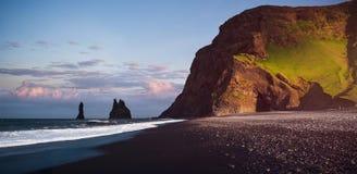 在黑Reynisfjara的著名Reynisdrangar岩层靠岸 大西洋,南冰岛的海岸在Vik附近的 免版税库存照片