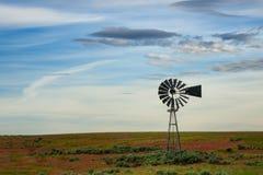 在鼠尾草领域的风车 免版税库存图片
