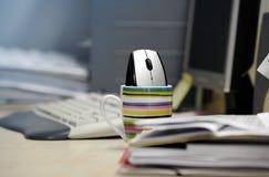 在鼠标杯子里面的计算机 图库摄影