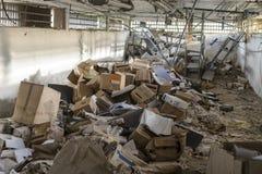 在龙卷风以后的杂乱仓库 库存照片