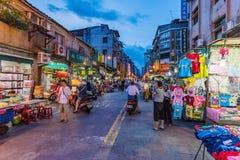 在龙山寺附近的地方夜市场 免版税库存照片