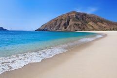 在龙目岛离开在海洋海湾Mawun的白色沙子海滩 库存照片