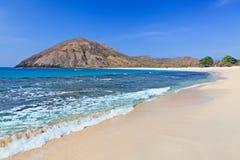 在龙目岛离开在海洋海湾Mawun的白色沙子海滩 免版税库存图片