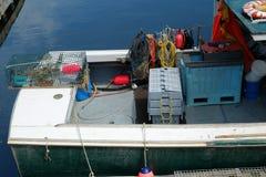 在龙虾小船的工作齿轮 免版税库存照片