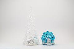 在从一个童话的房子附近戏弄圣诞树 免版税图库摄影