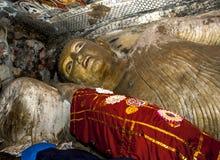 在洞一里面的14米长斜倚的菩萨雕象在Dambulla的Dambulla洞寺庙在中央斯里兰卡 免版税库存图片