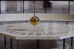 在巴黎万神殿里面的傅科摆 免版税库存照片
