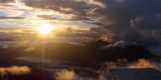 在登上亚当峰顶上面的日出  上升在亚当峰-斯里兰卡的太阳 蝴蝶山  10月雾 库存照片
