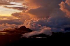 在登上亚当峰顶上面的日出  上升在亚当峰-斯里兰卡的太阳 蝴蝶山  10月 免版税库存图片