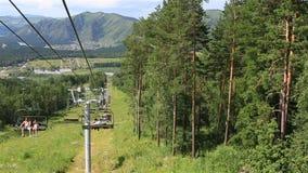 在登上浅Sinyuha的滑雪驾空滑车。阿尔泰共和国。 影视素材