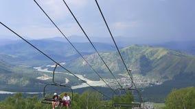 在登上浅Sinyuha的滑雪驾空滑车。阿尔泰共和国。 股票视频