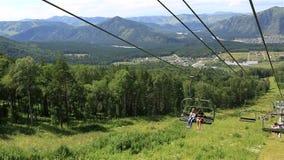 在登上浅Sinyuha的滑雪驾空滑车。 影视素材