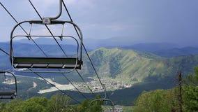 在登上浅Sinyuha的滑雪驾空滑车。 股票视频