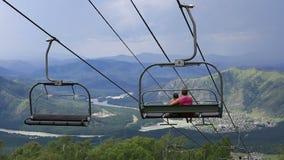 在登上浅Sinyuha的滑雪驾空滑车 阿尔泰共和国 股票视频