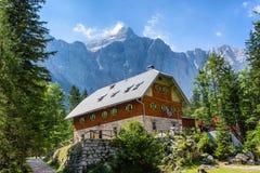 在登上特里格拉夫峰前面的Aljazev Dom 免版税库存图片