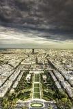在巴黎上的黑暗的云彩 库存照片