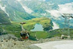 360在登上铁力士峰昂热尔贝格瑞士的度旋转的电缆总线 免版税库存图片