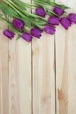 在从上面planked木背景的淡紫色郁金香,假日de 免版税库存照片