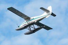 在水上飞机下 免版税库存图片