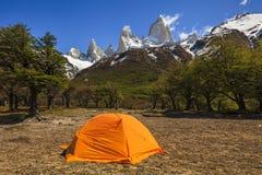 在登上费兹罗伊的帐篷 Los Glaciares国家公园, 免版税库存照片