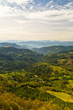 在登上Bobija,峰顶、小山、草甸和绿色森林风景的观点  图库摄影