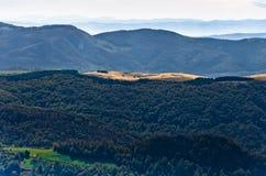 在登上Bobija,峰顶、小山、草甸和绿色森林风景的观点  免版税库存图片