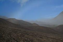 在登上Bromo附近的桑迪沙漠 免版税库存图片