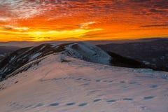在登上Nerone的日落在冬天,亚平宁山脉,马尔什,意大利 免版税图库摄影