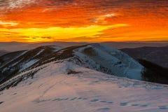 在登上Nerone的日落在冬天,亚平宁山脉,马尔什,意大利 库存图片