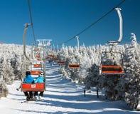 在登上Serak的升降椅下坡滑雪者的 库存照片